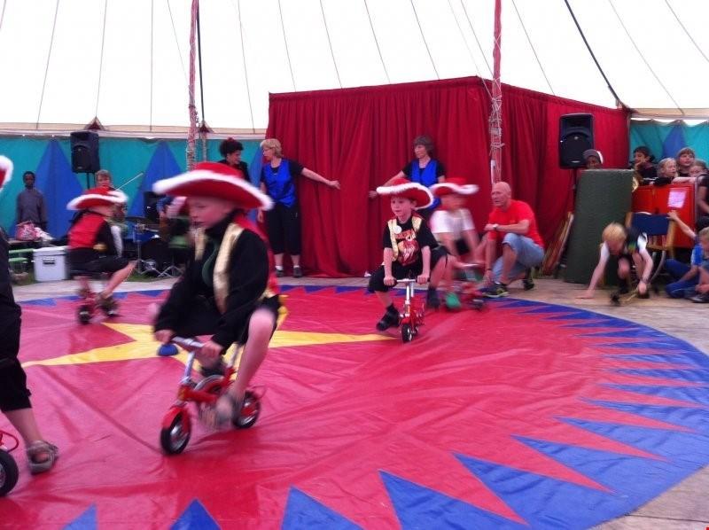 Cirkusforestilling og cirkusworkshop i Børneland